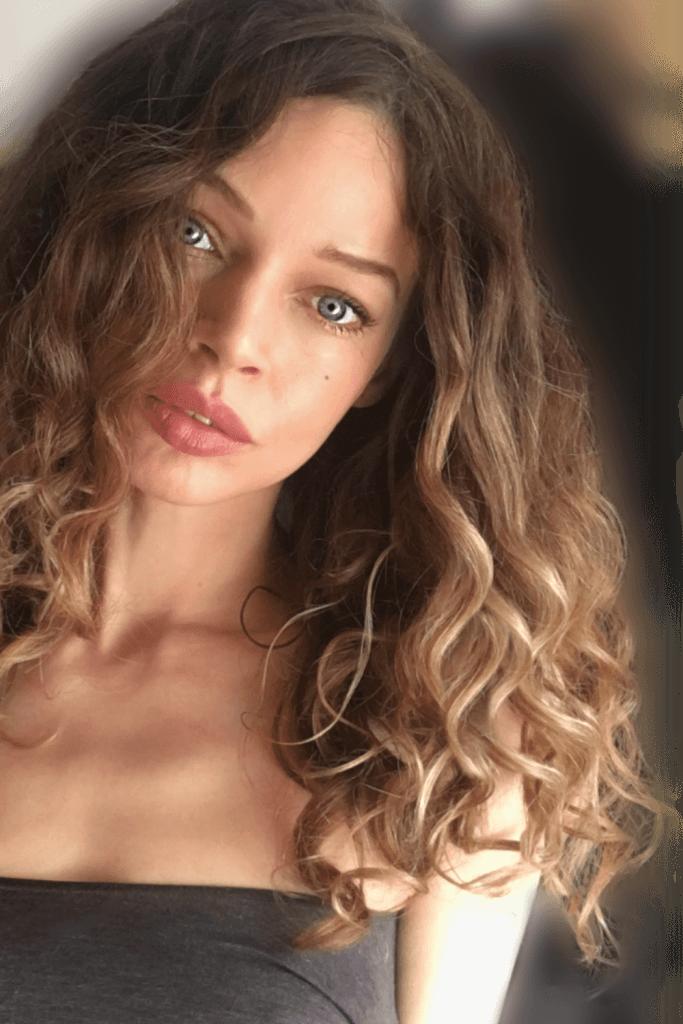 loose natural curly wavy hair