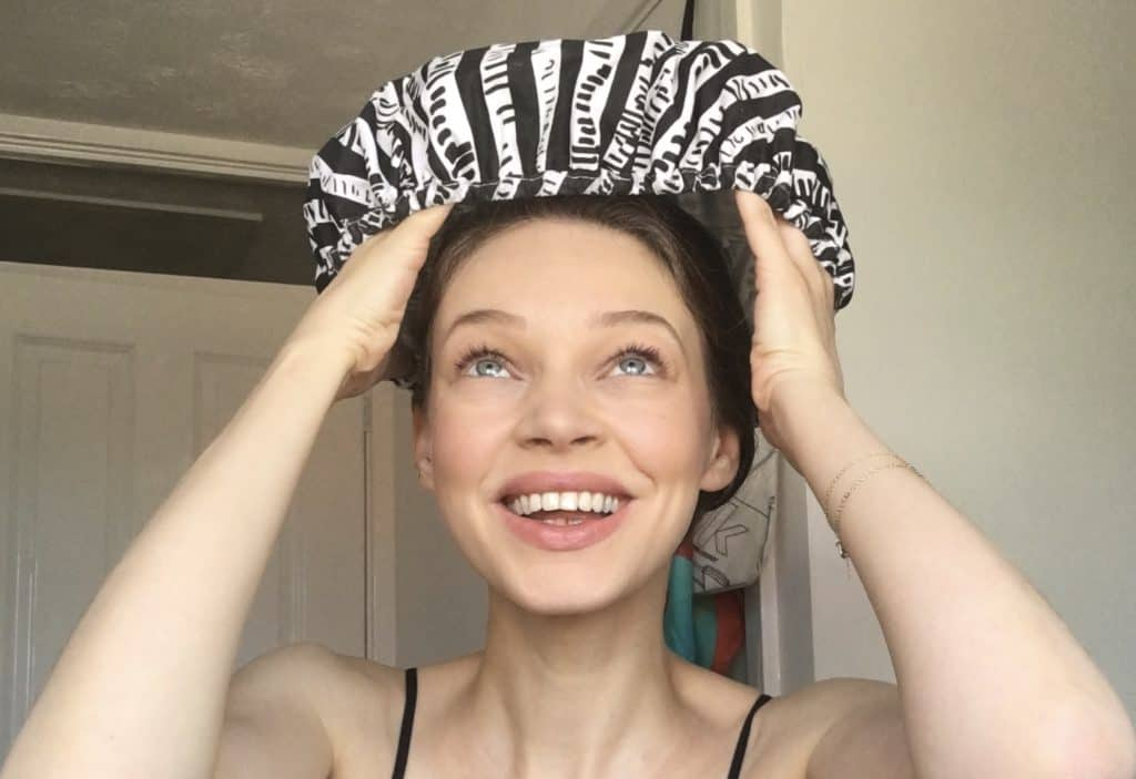 applying deep conditioner to hair to moisturise